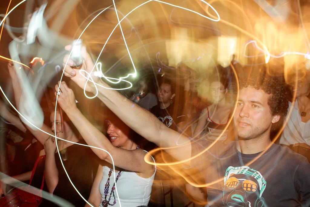 """VIVO ARTE MOV - """"Da obsolência programada em 3 atos"""" com Lucas Bambozzi, Jarbas Jácome e Paulo Beto no palco live image. 13/11/2009. FOTO ÉLCIO PARAÍSO/BENDITA"""